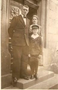Hans & Margarethe Fillweber vor der alten Haustür - 2. Generation