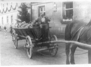 Anton mit Brauereifässern 3. Generation