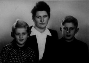 Margarete Fillweber mit Ihren Kindern Hanne u. Fritz 2. Generation